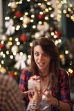 接受圣诞节礼物的惊奇的和好奇妇女 库存图片