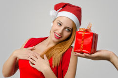 接受圣诞节礼物的美丽的红色头发妇女 库存图片