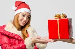接受圣诞节礼物的美丽的红色头发妇女 免版税库存图片