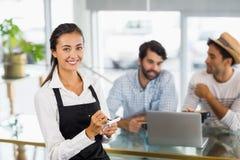接受在咖啡馆的女服务员画象命令 免版税图库摄影