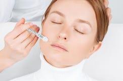 接受在嘴唇的美女补白射入 防皱治疗和整形 免版税图库摄影