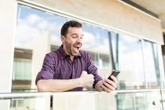 接受在智能手机的惊奇的人折扣通知  免版税库存图片