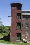 接受在老砖工厂厂房的塔 库存图片