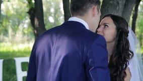 接受嫩亲吻在a的新娘和新郎 股票录像