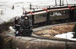 接受定期maint的白色通行证育空路线蒸汽引擎 免版税库存照片