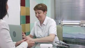 接受客户的资深女性医生在她的办公室 影视素材