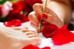 接受工作室妇女的钉子pedicure 免版税图库摄影