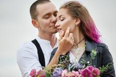 接受并且亲吻在爱的一对夫妇在一个春天早晨本质上 情人节,男人和妇女之间的密切的关系 库存照片