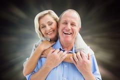 接受微笑对照相机的愉快的成熟夫妇的综合图象 免版税库存照片