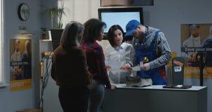 接受损坏的包裹的顾客在客服书桌 股票录像
