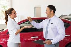 接受新的汽车的妇女 免版税库存图片