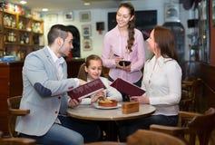 接受桌命令的女服务员在咖啡馆 库存图片