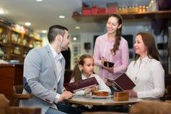 接受桌命令的女服务员在咖啡馆 库存照片
