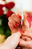 接受沙龙妇女的修指甲钉子 免版税图库摄影