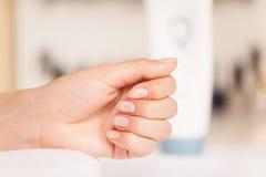 接受沙龙妇女的修指甲钉子 图库摄影