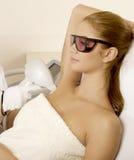 接受激光疗法的少妇 免版税图库摄影