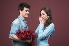 接受爱礼物的微笑的妇女 免版税库存照片