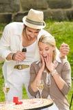 接受环形晴朗的惊奇的婚姻的妇女 免版税库存图片