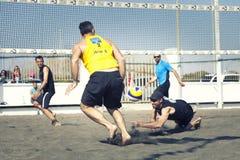 接受球的人 背景海滩查出的排球白色 库存照片