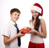 接受礼品的少年 免版税图库摄影