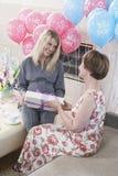 接受礼物的妇女在婴儿送礼会 免版税图库摄影