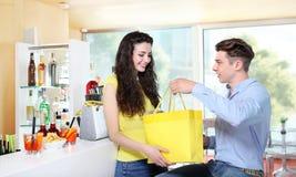 接受礼物的微笑的女孩从她的男朋友 免版税库存照片