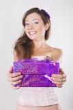 接受礼物的美丽的愉快的女孩在她的生日 图库摄影