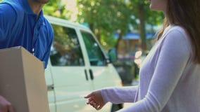 接受纸板小包交付的,明确运输的传讯者现金支付 影视素材