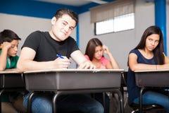 接受考试的愉快的学生 免版税图库摄影