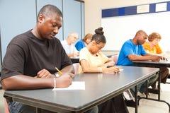 接受考试的成人学员 免版税库存图片