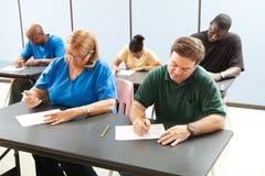 接受考试的成人教育 免版税图库摄影