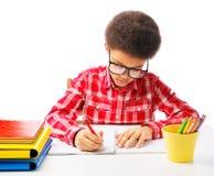 接受考试的非裔美国人的男小学生 免版税库存图片