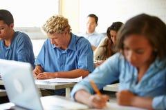 接受考试的高中学生在教室 库存照片