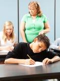 接受考试的年轻男孩 免版税库存图片
