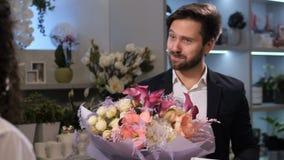 接受花束的感恩的客户从卖花人 影视素材