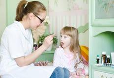 接受药片的孩子 免版税库存照片