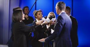 接受记者的商人切除的采访 股票录像