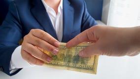 接受贿款的商人特写镜头照片从人 免版税库存图片