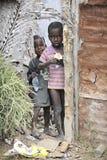 接受赠送品的穷困孩子 免版税库存照片