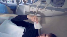 接受超音速做法的一个微笑的夫人的顶视图 医疗超声波扫描 股票视频