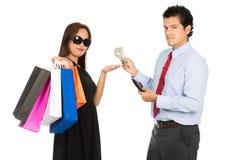 接受金钱丈夫的亚裔妇女顾客在H 免版税库存图片