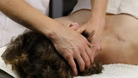 接受顶头按摩的妇女在温泉中心 做面孔按摩的女性医生 4K 影视素材