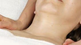 接受顶头按摩的妇女在温泉中心 做面孔按摩的女性医生 4K 股票视频