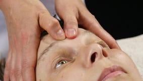 接受顶头按摩的妇女在温泉中心 做面孔按摩的女性医生 4K 股票录像