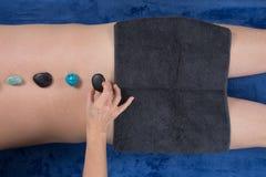 接受水晶石疗法按摩的人 图库摄影