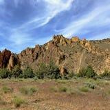 接合的史密斯岩石和打旋的云彩 图库摄影