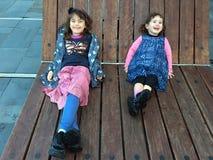 接合童年愉快爱姐妹微笑 免版税库存图片