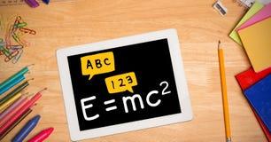 直接地上面惯例射击在数字式片剂的有颜色铅笔和学校用品的在木ta 库存照片