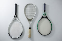 直接地上面金属网球拍射击  库存图片