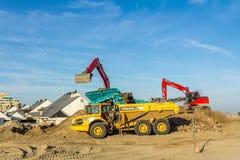 接地完成建筑工作的移动的车在Kijkduin在海牙海岸的海滩胜地  免版税库存照片